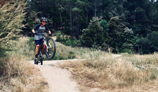Cykla mountainbike i Kwazulu Natal, barn i Sydafrika